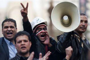 У Каїрі на демонстрантів напали сотні людей у цивільному, озброєні ножами
