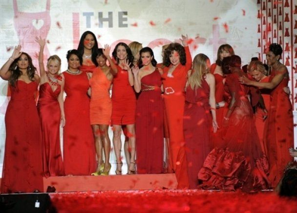 Звезды в красном на подиуме шоу Heart Truth