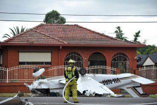 Літак упав посеред вулиці в Сіднеї, екіпаж дивом вижив (відео)