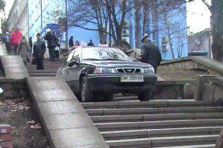 """В Симферополе таксист """"под кайфом"""" заехал на пешеходную лестницу"""