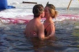 У Дніпропетровську закохана пара обвінчалася у ополонці