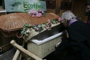 У Трускавці ритуальна фірма заховала подарунки під кришкою труни