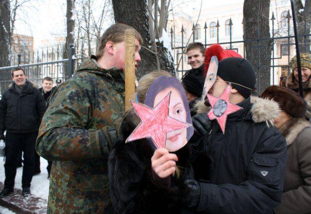 """Националисты устроили под окнами Табачника представление о """"кремлевских холуев"""""""