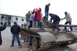 Лівійські жінки готують до нападів чани з гарячим маслом