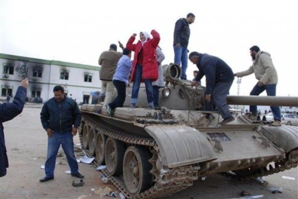 Лівія занурюється в хаос війни і анархії: влада бомбить населення, армія розкололася