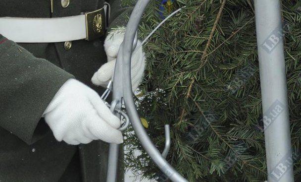 Азаров почтил погибших воинов: венки прикрепили тросами