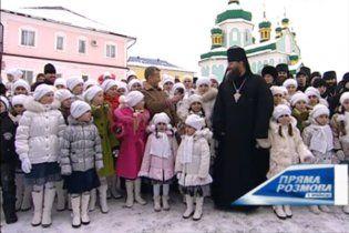 Дети прочли Януковичу стих о том, как любят его
