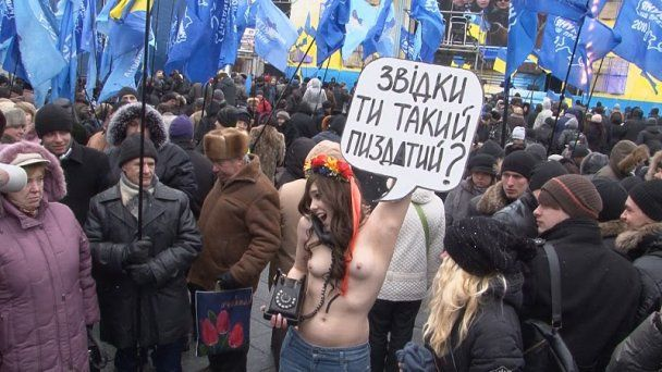 Оголені дівчата з FEMEN теж задали своє запитання Януковичу