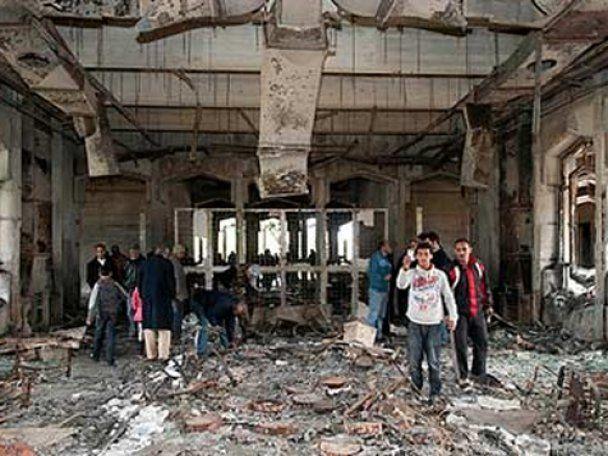 Поки Каддафі виступав по ТБ, в Бенгазі розграбували та спалили його палац