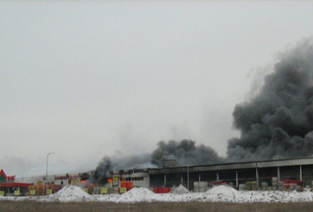 В Запорожье загорелся строительный гипермаркет, ядовитый дым несет на поля