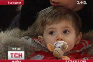 Украина отдала семье геев мальчика, которого выносила суррогатная мать