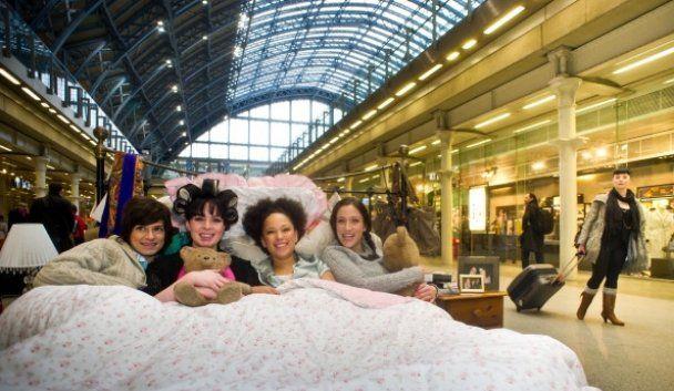 Модели устроили грязные танцы в постели на вокзале