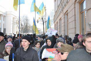 """Під Радою зібралися сотні опонентів Табачника і """"група підтримки"""""""