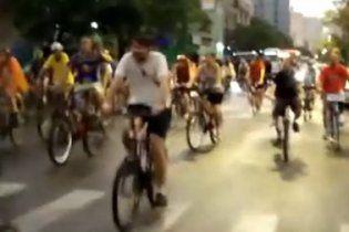 В Бразилии автомобиль на полной скорости сбил колонну велосипедистов
