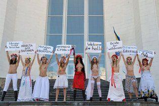Обнаженные активистки FEMEN взяли в осаду Центральный ЗАГС