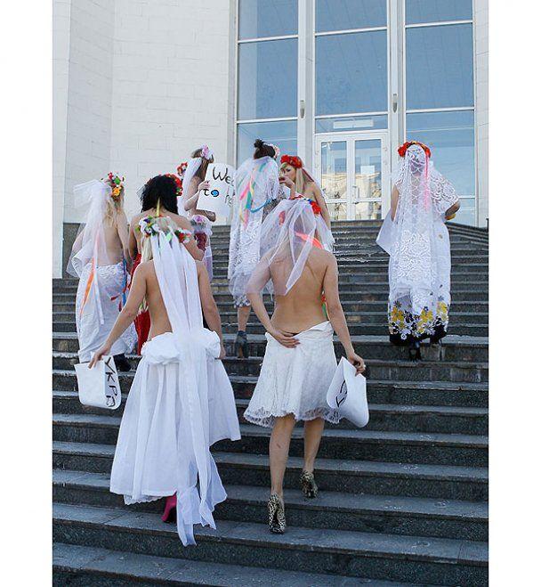 Рух FEMEN грудьми заблокував головний РАГС країни