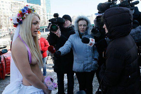 """Акція FEMEN """"Наречені для папуаса""""_12"""