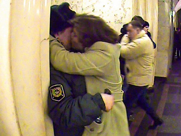 """Активістки арт-групи """"Война"""" зацілували міліціонерів"""
