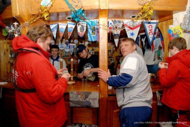Українці відкрили в Антарктиді бар з горілкою за 2 долари