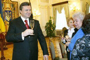 Янукович таки випив з селянином по чарці горілки