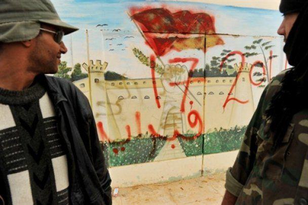 Войска Каддафи жестоко уничтожают повстанцев: задействованы танки, БТРы и боевые вертолеты
