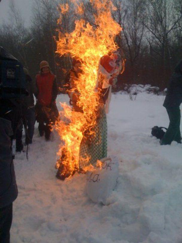 В России защитники Химкинского леса сожгли чучела Путина и Медведева