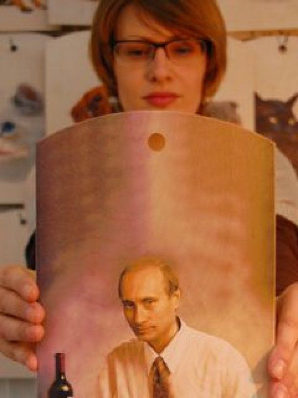 Россиянки дарят себе на 8 марта кухонную доску с изображением Путина