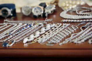 Драгоценности на 25 млн долларов нашли в сточной канаве в Париже