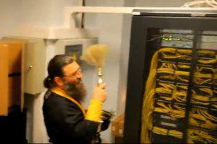 Російська православна церква  вигнала злих духів з Інтернету (відео)