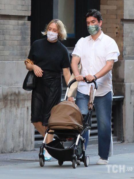 Хлоя Севиньи и Синиша Макович на прогулке с ребенком / © Getty Images