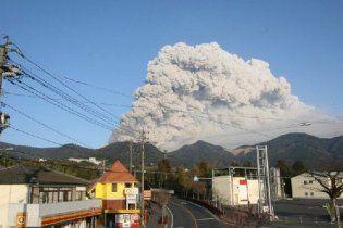 В разрушенной землетрясением и цунами Японии началось извержение вулкана