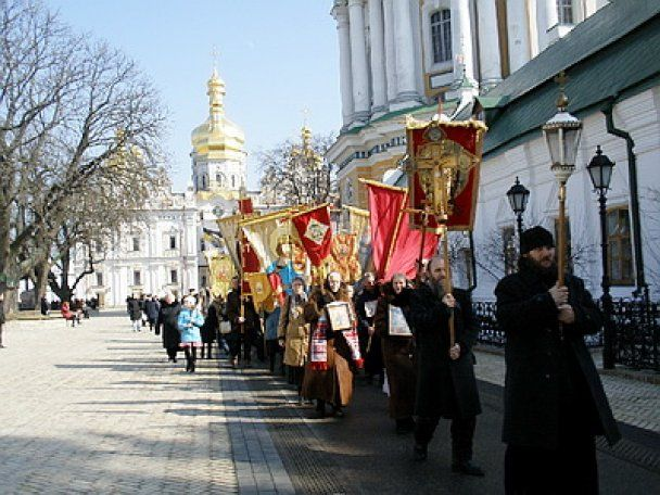 Хресна хода під імперськими прапорами у Києві