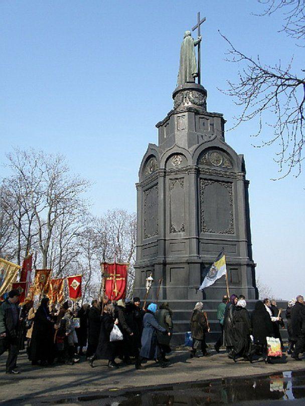 Московський патріархат пройшовся Києвом під імперськими прапорами
