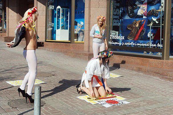 FEMEN пожелали японскому народу, чтобы тряслись сиськи, а не земля