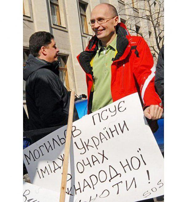 Активісти cпалили паперового міністра під вікнами Януковича