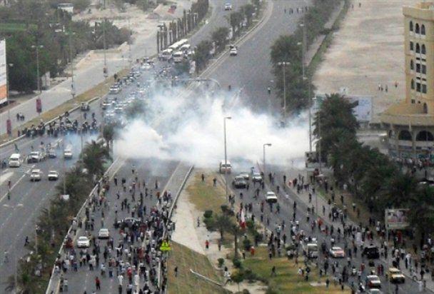 Беспорядки в Бахрейне: военные на танках забрасывают демонстрантов гранатами