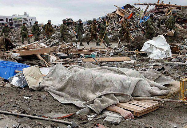 Смытые японским цунами обломки зданий и останки тел дрейфуют в США