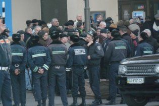 """Вкладники """"Родовід Банку"""" перекрили дорогу перед кортежем Януковича"""
