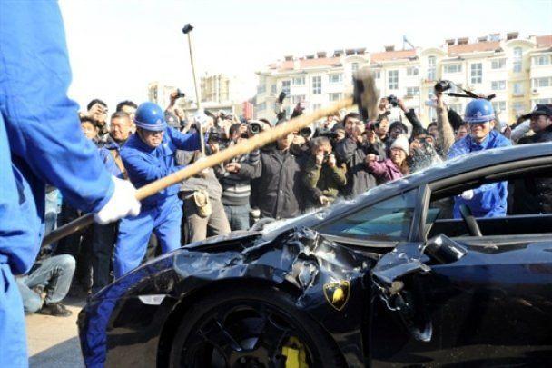 Розгніваний власник вщент розбив Lamborghini Gallardo