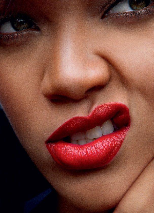 Рианна в прозрачном платье снялась для Vogue