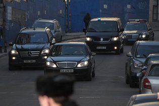 """Янукович возвращается с работы в час пик со """"светомузыкой"""" (видео)"""