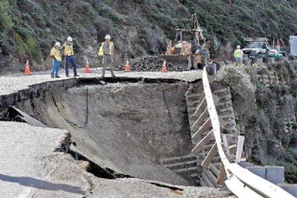 У Каліфорнії частина автостради обвалилася в океан