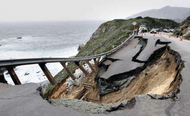 В Калифорнии часть автострады обрушилась в океан