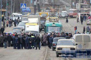 У Харкові через невиплату зарплати перекрили вулицю