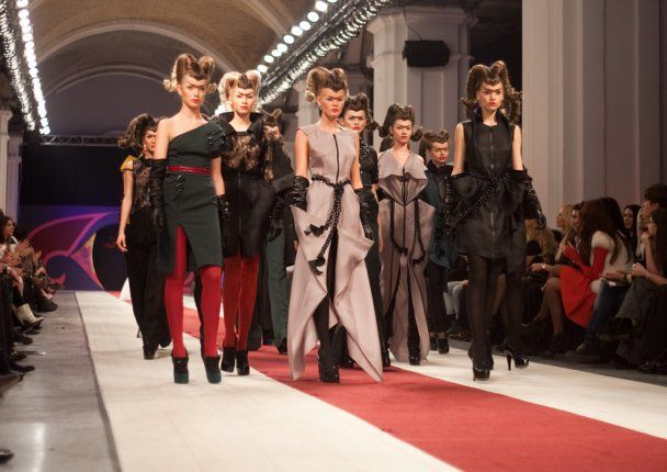 Дизайнер Юлія Айсіна одягла чоловіка у весільну сукню