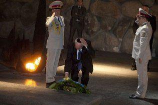 Конфуз з Азаровим: у Єрусалимі з голови прем'єра впала кіпа (відео)