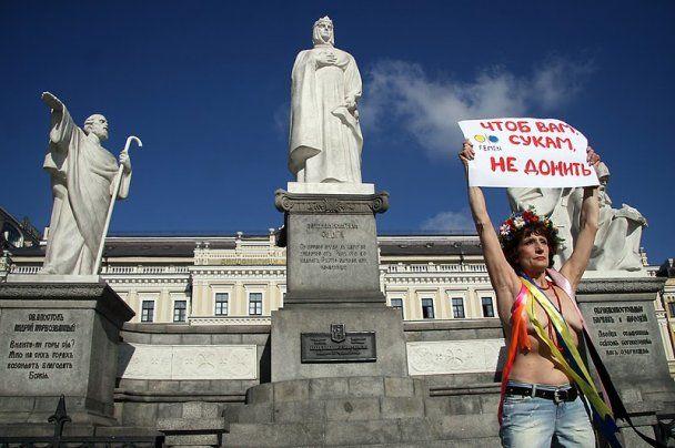 63-летняя активистка FEMEN устроила топлес-протест против пенсионной реформы