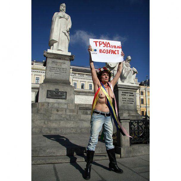 Топлес-протест 63-річної активістки FEMEN в центрі Києва