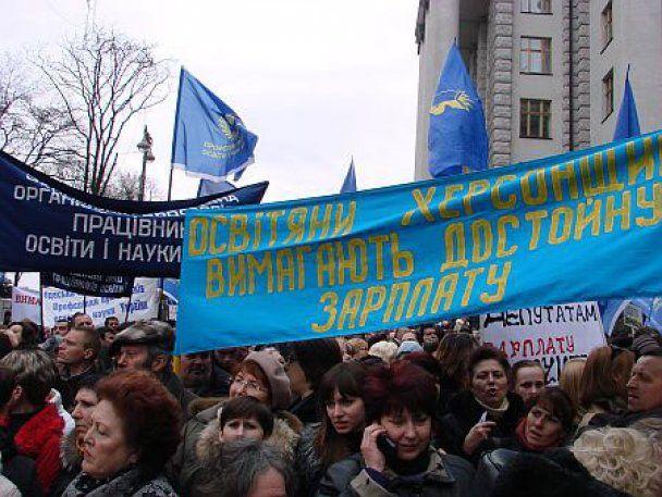 Азаров пообіцяв підвищити зарплати вчителям