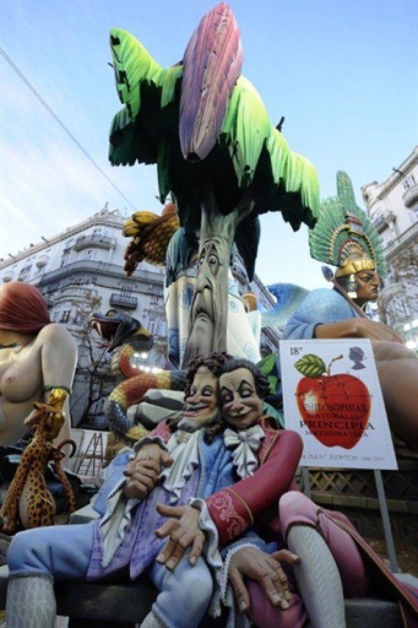 В Испании на фестивале Фальяс сожгли сотни кукол
